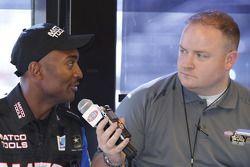 Antron Brown est interviewé par Zach Elcock, responsable des relations médias NHRA