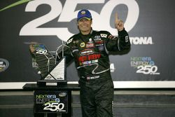 Victory lane: race winnaar Michael Waltrip, Toyota viert