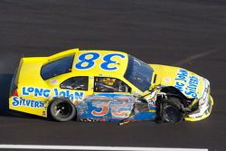 Travis Kvapil, Front Row Motorsports Ford ind e pits met schade