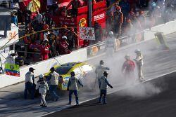 Travis Kvapil, Front Row Motorsports Ford in de pits met schade