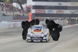 Tony Pedregon gebruikt parachutes, American Racing Wheels Monte Carlo SS Funny Car