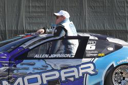 Allen Johnson wacht op de weging van zijn Team Mopar Dodge Avenger