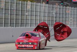 Buddy Perkinson gebruikt parachute LAT Racing Oil Ford Mustang