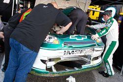 Dale Earnhardt Jr., Hendrick Motorsports Chevrolet helpt crew