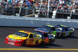 Kurt Busch, Penske Racing Dodge en Regan Smith, Furniture Row Racing Chevrolet