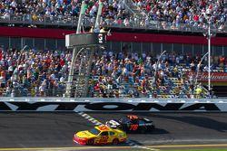 Kurt Busch, Penske Racing Dodge pakt overwinning voor Regan Smith, Furniture Row Racing Chevrolet