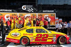 Victory lane: race winnaar Kurt Busch, Penske Racing Dodge