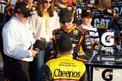 Victory lane: race winnaar Jeff Burton, Richard Childress Racing Chevrolet viert met Richard Childre