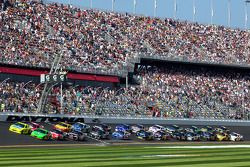 Herstart: Paul Menard, Richard Childress Racing Chevrolet en Kasey Kahne, Red Bull Racing Team Toyot