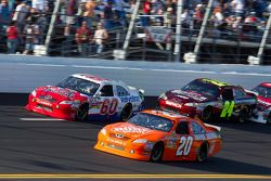 Joey Logano, Joe Gibbs Racing Toyota en Todd Bodine, Hillmann Toyota