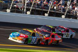 Kyle Busch, Joe Gibbs Racing Toyota, Jamie McMurray, Earnhardt Ganassi Racing Chevrolet, Jeff Gordon