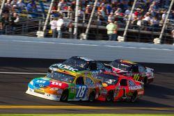 Kyle Busch, Joe Gibbs Racing Toyota, Jamie McMurray, Earnhardt Ganassi Racing Chevrolet, Carl Edward