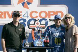 Victory lane: race winnaar Tony Stewart, Kevin Harvick Inc. Chevrolet viert met Kevin en Delana Harv