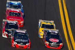 Kyle Busch, Joe Gibbs Racing Toyota and Clint Bowyer, Kevin Harvick Inc. Chevrolet battle