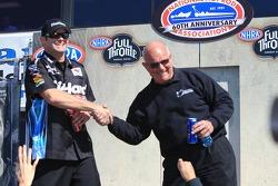 Funny Car rijder Matt Hagan en Gary Densham