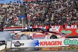 Greg Anderson doet burnout in zijn Summit Racing Equipment Pontiac GXP