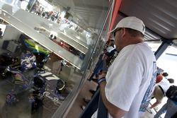 Fans volgen de actie in de garages