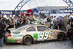 Victory lane: race winnaar Carl Edwards, Roush Fenway Racing Ford