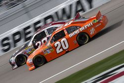 Joey Logano, Joe Gibbs Racing Toyota y Ryan Newman, Stewart-Haas Racing Chevrolet
