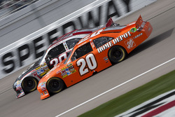 Joey Logano, Joe Gibbs Racing Toyota y Ryan Newman, Stewart-Haas Racing Chevrolet