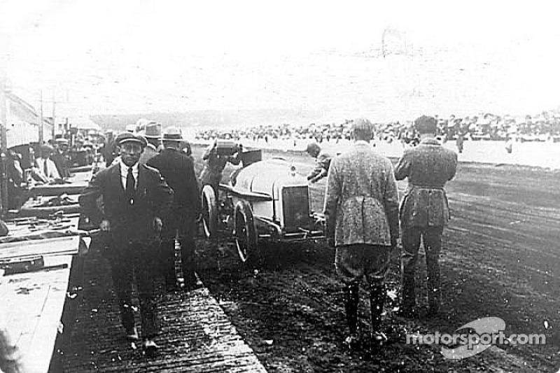 Jimmy Murphy carga combustible en su #12 Duesenberg