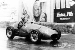 Alberto Ascari di atas mobil F2 Ferrari 500