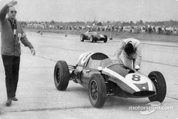 Jack Brabham pushes his Cooper-Climax to 1959 F1 Championship Title on the final lap