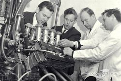 Cosworth Engineering: Bill Brown (Design en Development), Keith Duckworth (motorontwerper), Mike Cos