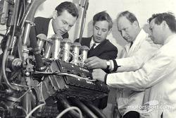 Инжинеры Cosworth: Билл Браун, Кит Дакворт, Майк Костин, Бэн Руд
