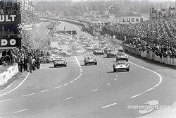 Старт гонки: лидирует Педро Родригес, NART, Ferrari 330P