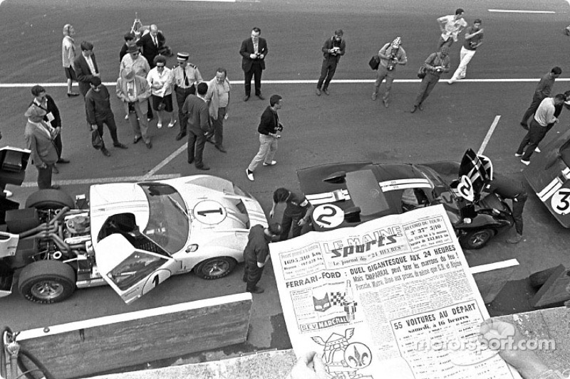 Ford GT40 team in de Le Mans pits