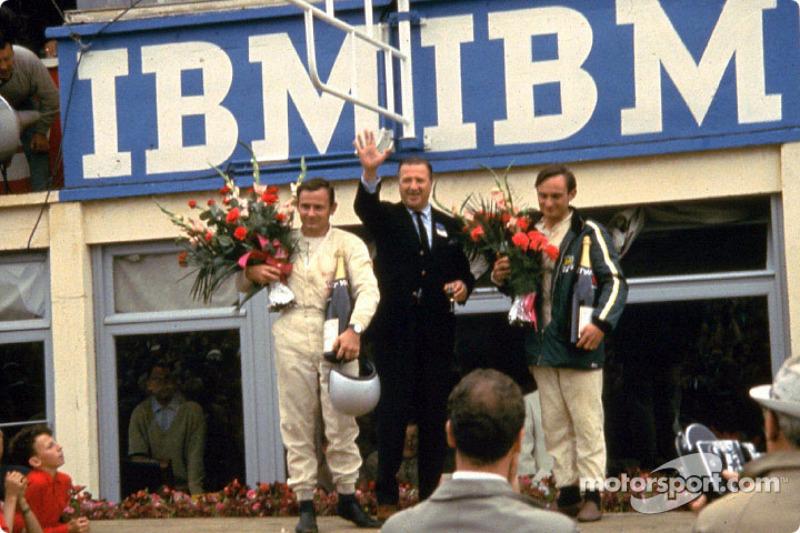 Bruce McLaren, Henry Ford II et Chris Amon sur le podium de la victoire après les 24 Heures du Mans 1966
