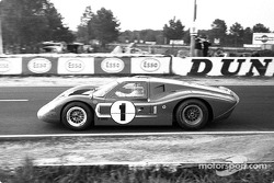 Dan Gurney és A.J. Foyt (1) egy GT-40 Mark IV-gyel nyert
