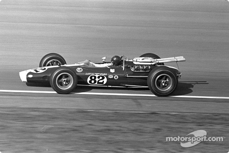Jim Clark, Lotus-Ford, logró su primera victoria de Indy 500 con Ford, que también fue la primera para un coche con motor trasero