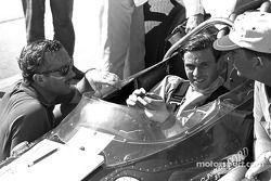 Jim Clark con Colin Chapman diseñador de Lotus (con gafas de sol)