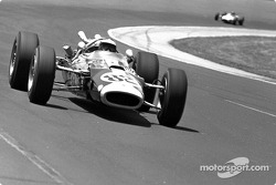 Jim Clark, Lotus-Ford, a remporté la première victoire de Ford aux 500 Miles d'Indianapolis, la première également pour une monoplace à moteur arrière