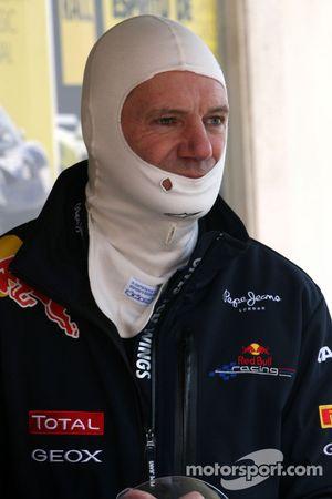 Эдриан Ньюи, технический директор Red Bull Racing управляет Ford GT40