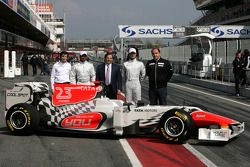 Narain Karthikeyan, Hispania Racing Team; Vitantonio Liuzzi, Hispania Racing Team; Teambesitzer Jose