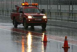 Lluvia fuerte en el Circuito de Cataluña para el último día de pruebas. Auto de seguridad en el pitl
