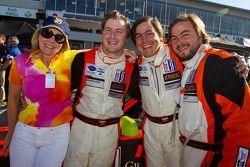 Race winnaar Henrique Cisneros met Eduardo Cisneros en Andres Cisneros en moeder