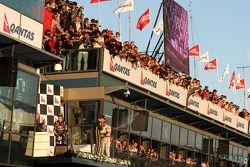 Podio: Lewis Hamilton, McLaren Mercedes, Sebastian Vettel, Red Bull Racing y Vitaly Petrov, Lotus Re