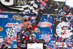 Victory lane: race winnaar Kevin Harvick, Richard Childress Racing Chevrolet