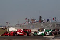 Restart: Dario Franchitti, Target Chip Ganassi Racing leads Simona de Silvestro, HVM Racing