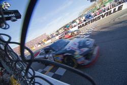 Kevin Harvick, Richard Childress Racing Chevrolet passe le drapeau à damiers