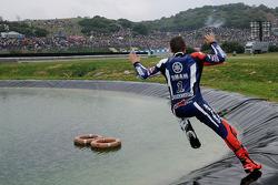 Il vincitore della gara Jorge Lorenzo, Yamaha Factory Racing, festeggia