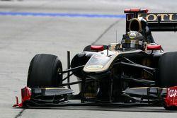 Nick Heidfeld, Lotus Renault F1 Team gets a brake failure