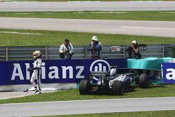 Pastor Maldonado, AT&T Williams choca al entrat a los pits