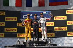Подиум: Пьер Гасли, PREMA, Racing; Антонио Джовинацци, PREMA Racing; Сергей Сироткин, ART Grand Prix