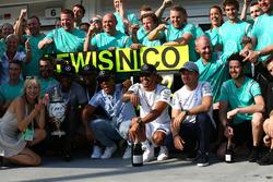 Sieger Lewis Hamilton, Mercedes AMG F1 W07, feiert mit dem Team
