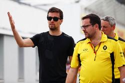 Jolyon Palmer, Renault Sport F1 Team and Julien Simon-Chautemps, Renault Sport F1 Team Race Engineer walk the circuit
